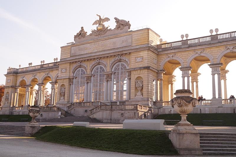 Schloss, Park und Hügel Schönbrunn Wien im Herbst