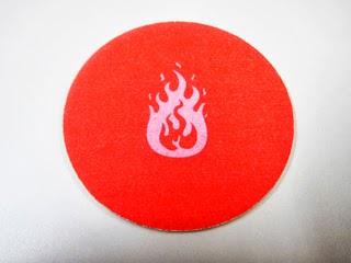 炎のイラストが描かれたコースターの写真