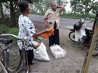 Nenek Penjual Tempe Asal Bungkal Ini, Dicopet Pria yang Berpura-pura Sebagai Pembeli