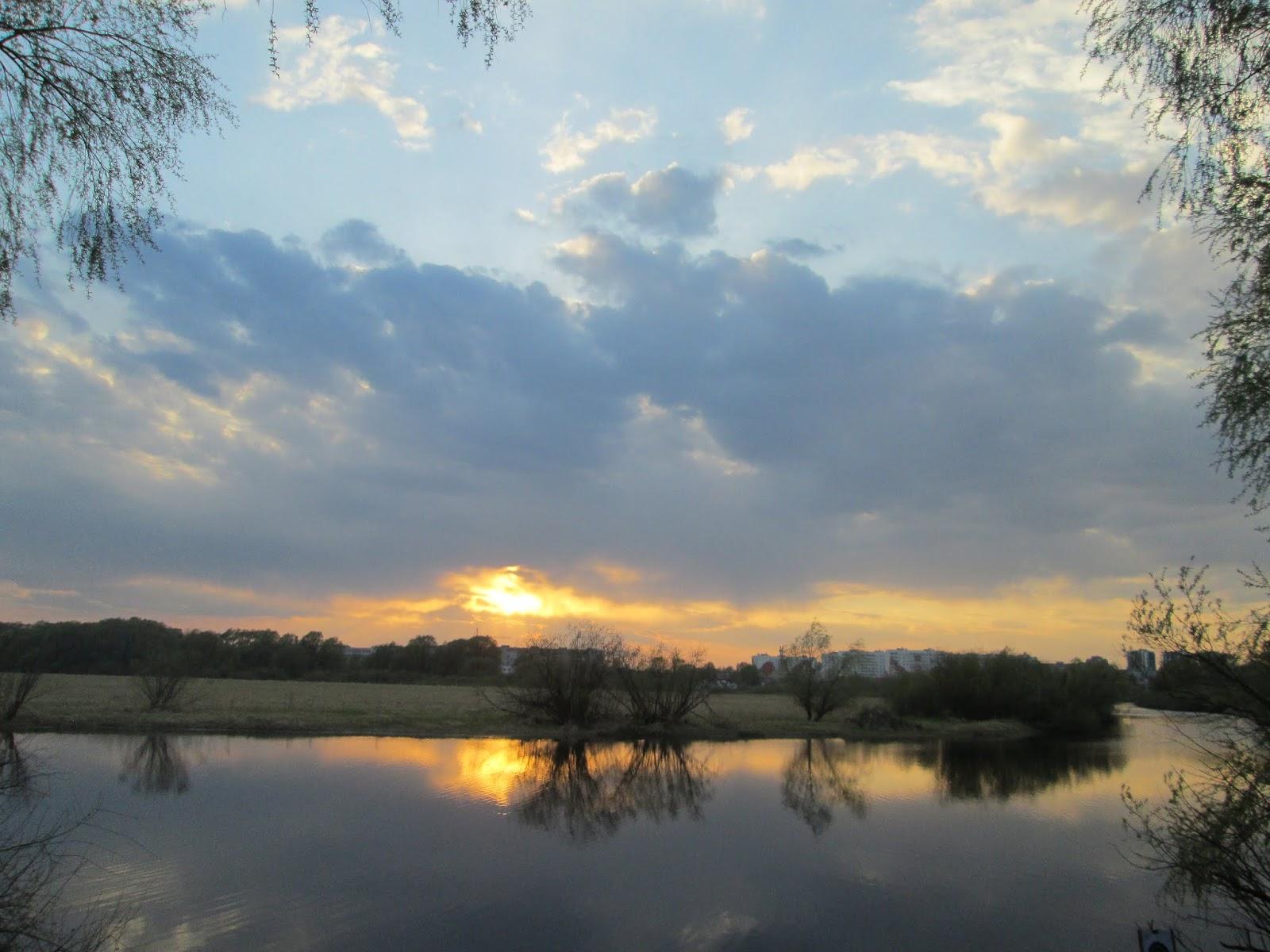 Яркий вечерний закат над рекой