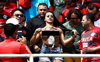 Mulheres exibicionistas descobrem o futebol brasileiro, depois da Miss Bumbum de Santa Catarina, moça que decidiu invadir o gramado para abraçar um jogador do Grêmio, avisou o ato aos seguidores nas redes sociais e festejou os segundos de fama, agora é a vez da 'exibida do Pacaembu'.
