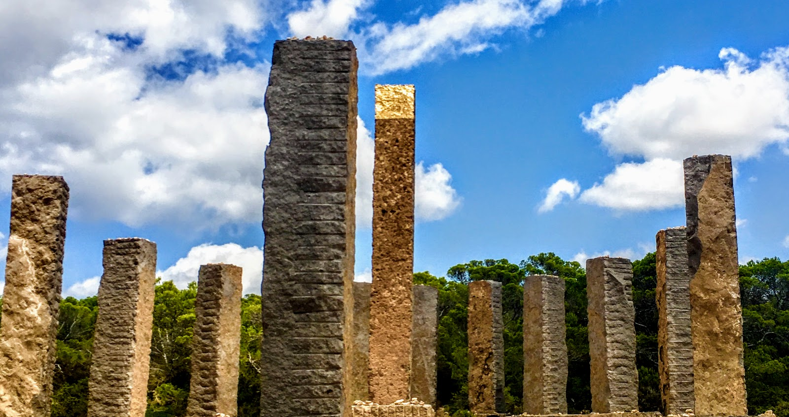 Stonehege ibicenco. Escultura en Cala Llentia