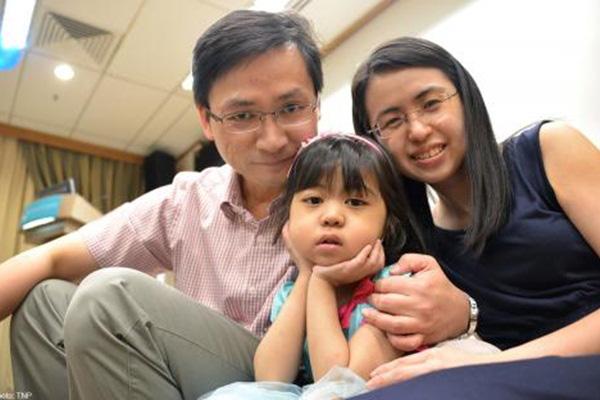 Câu chuyện cảm động Người cha mớm cơm suốt 500 ngày cho con gái nhỏ chờ phẫu thuật