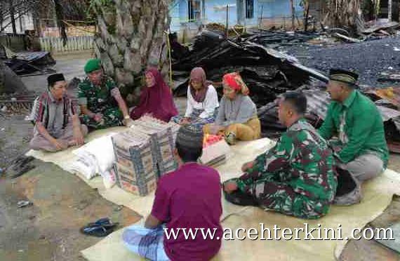 Dandim 0109 Aceh Singkil Serahkan Bantuan Korban Kebakaran