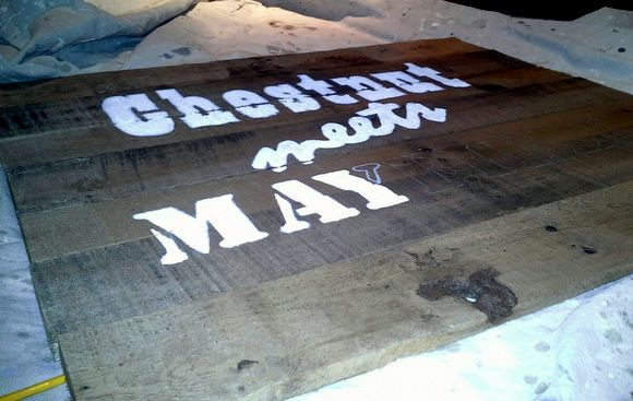 Painting a DIY pallet sign