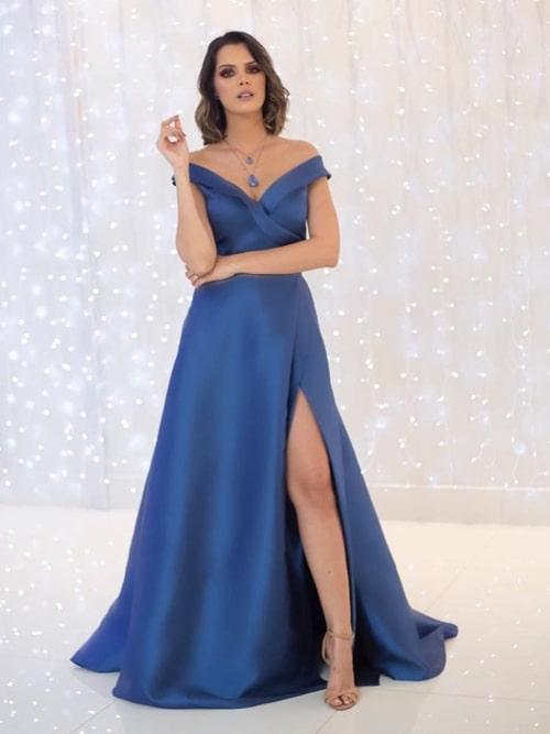 vestido azul estilo princesa com fenda