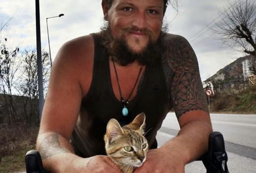 Γυρνούσε τον κόσμο μόνος με ποδήλατο, βρήκε μια γάτα και ταξίδεψαν παντού μαζί