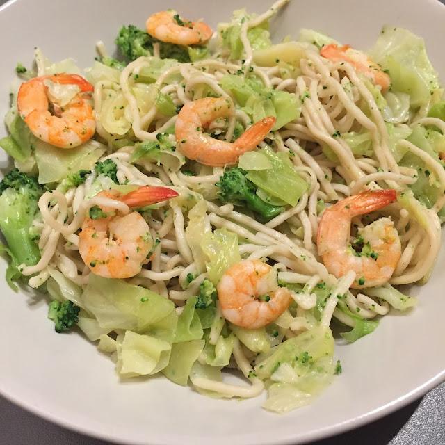 Nouilles chinoises aux crevettes et aux légumes verts