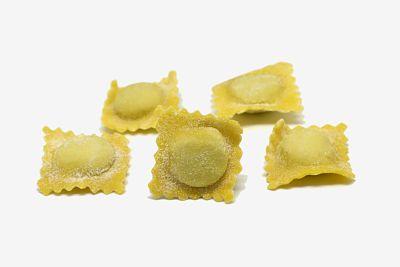Agnolotis o Agnolottis caseros, sin cocinar, sobre fondo blanco.