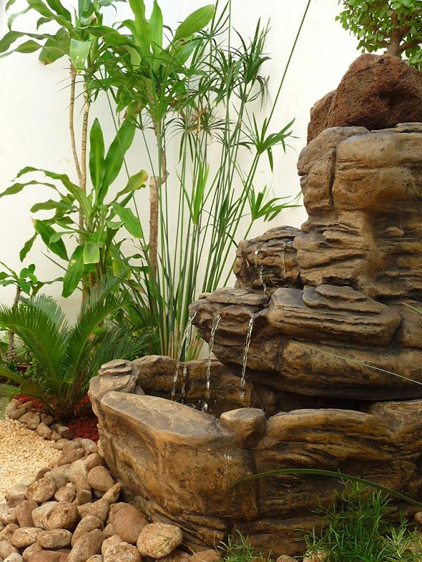 Dise o de un jard n muy peque o con fuente piedras y - Fotos de jardines ...