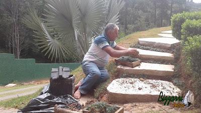Bizzarri fazendo a execução de uma escada de pedra com junta de grama preta, sendo escada com pedra cacão de São Tomé em casa na Cantareira. 10 de fevereiro de 2017.