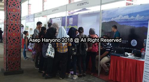"""RAMAI :  Setiap hari penyelenggaraan Festival Media 2019 selalu penuh dengan kunjungan masyarakat terutama dari para pelajar, siswa sekolah dan mahasiswa. Seperti dalam foto ini Stand AJI Sumatera yang jadi """"korban"""" nya.  Foto Asep Haryono"""