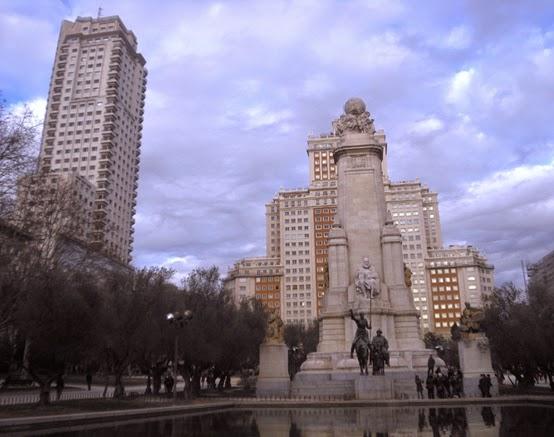 Rodeado de olivos y frente a un estanque, en el gran monumento a Cervantes destacan las figuras del escritor sentado a media altura y a sus pies don Quijote y Sancho Panza cabalgando.