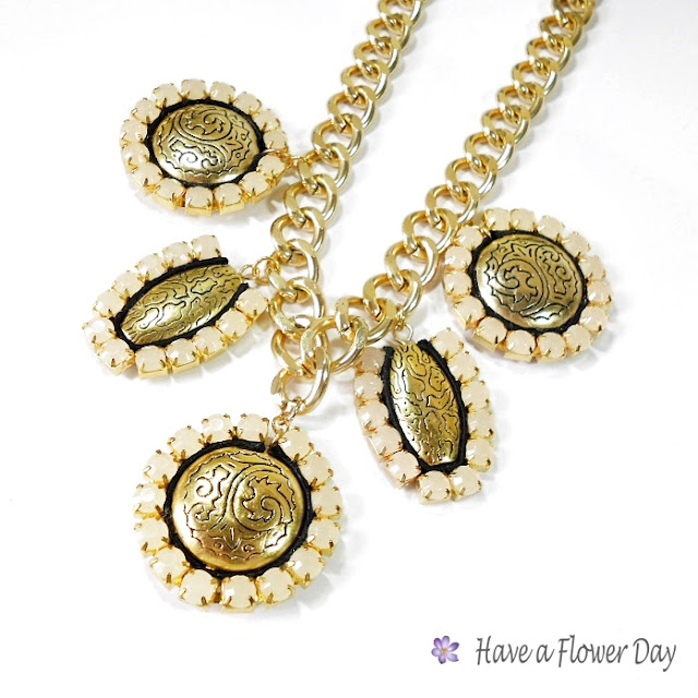 CORFÚ. Collar con medallones dorados y strass· Necklace with medallions and rhinestones