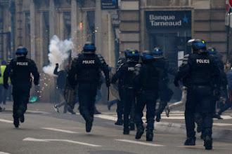 Gilet gialli, poliziotto filmato mentre picchia manifestanti a mani nude. Polemica in Francia