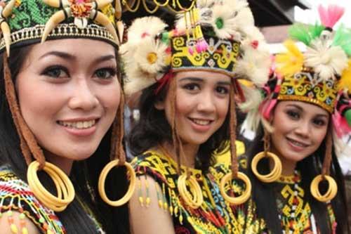 Setiap suku memiliki kelebihan masing-masing.  Begitupula dengan suku Banjar.  Orang asli keturunan Banjar harus diakui memiliki daya tarik dan pikat tersendiri.  Pesona kepribadian, paras maupun apa yang disukai orang Banjar ternyata juga banyak disukai orang di luar suku asli penduduk Kalimantan ini.