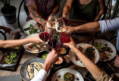 Τα τεχνάσματα που χρησιμοποιούν τα εστιατόρια για να αδειάσει γρήγορα ένα τραπέζι