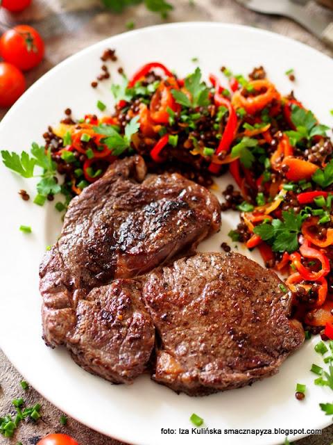stek wołowy , antrykot wołowy , obiad , czarna soczewica , wołowina , stejk , steki wołowe , mięso z patelni , dobra wołowina , jak usmażyć dobry stek , domowe jedzenie