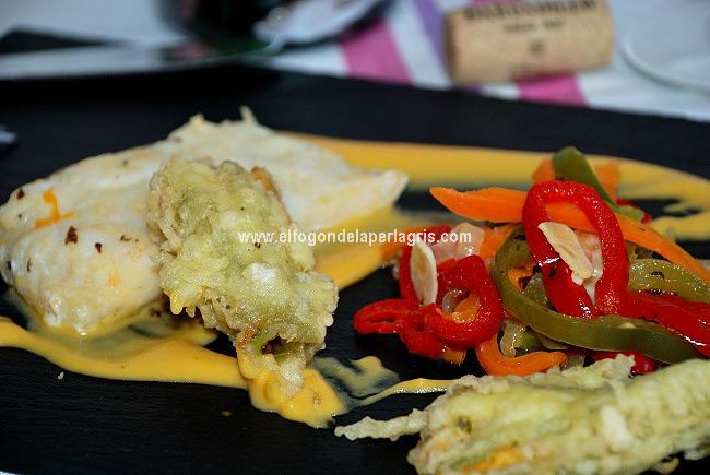Bacalao en papillote sobre crema de calabaza a la naranja y jengibre acompañado de verduras y flores de calabaza rellenas de anchoa.