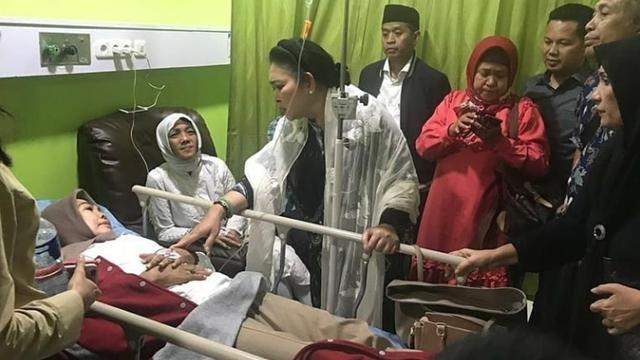 Tengah Malam, Titiek Soeharto Jenguk Belasan Peserta Aksi Damai yang Keracunan