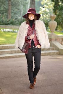 Cómo combinar un abrigo de pelo largo blanco en invierno