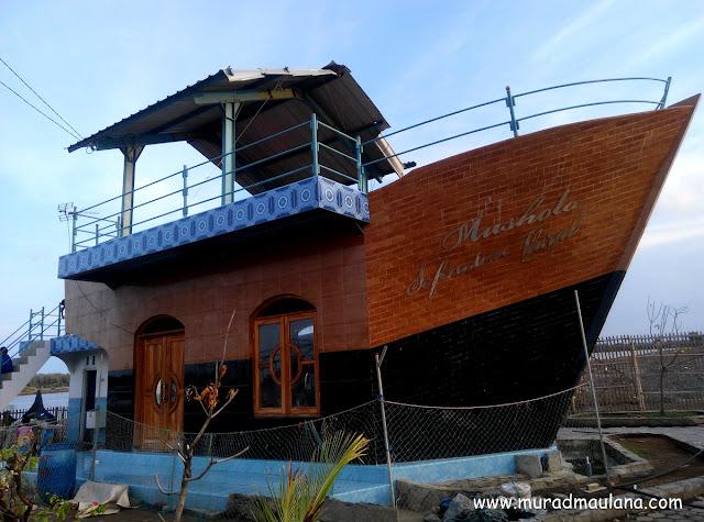 tampak samping mushola perahu 3