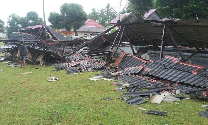 Dihantam Puting Beliung Tribun Lapangan Sepak Bola Sibulue Ratah dengan Tanah