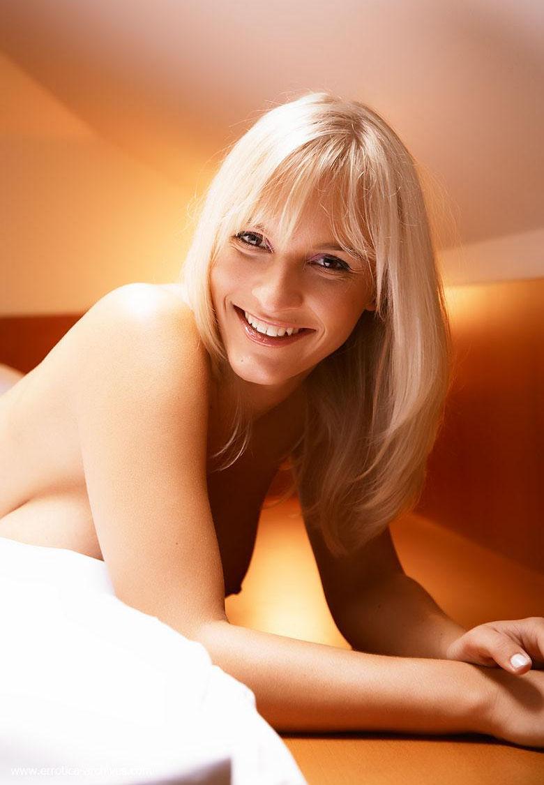 Блондинка с большими сиськами и голой пиздой