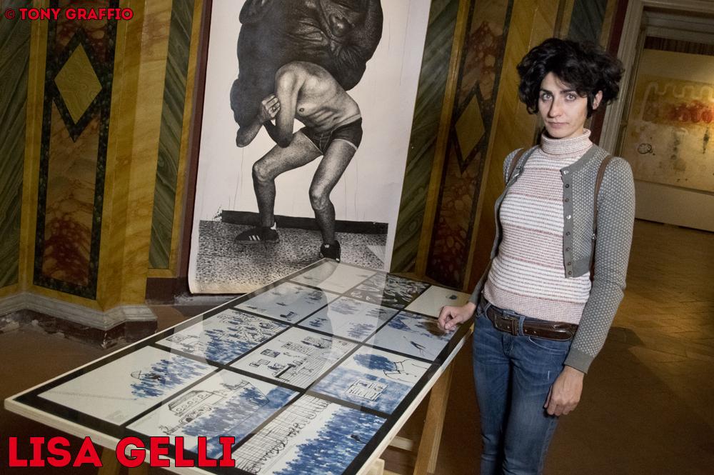 Lisa Gelli nel boudoir del Palazzo Pianetti di Jesi con la sua serie di illustrazioni sui migranti.
