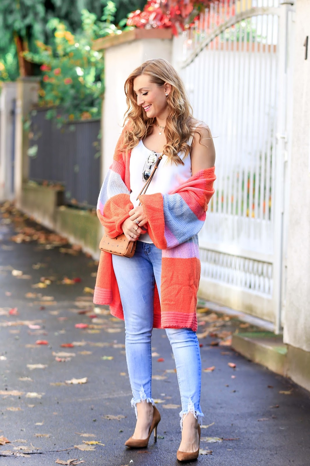 Bunter-cardigan-Fashionstylebyjohanna-blogger-Frankfurt-deutschlandfashionblog-outfit-ootd-wildleder-pumps-Asostrend-beige-altrosa-oversize-cardigan-bunt-jeans-pailletten-top-chanel-camera-vintage