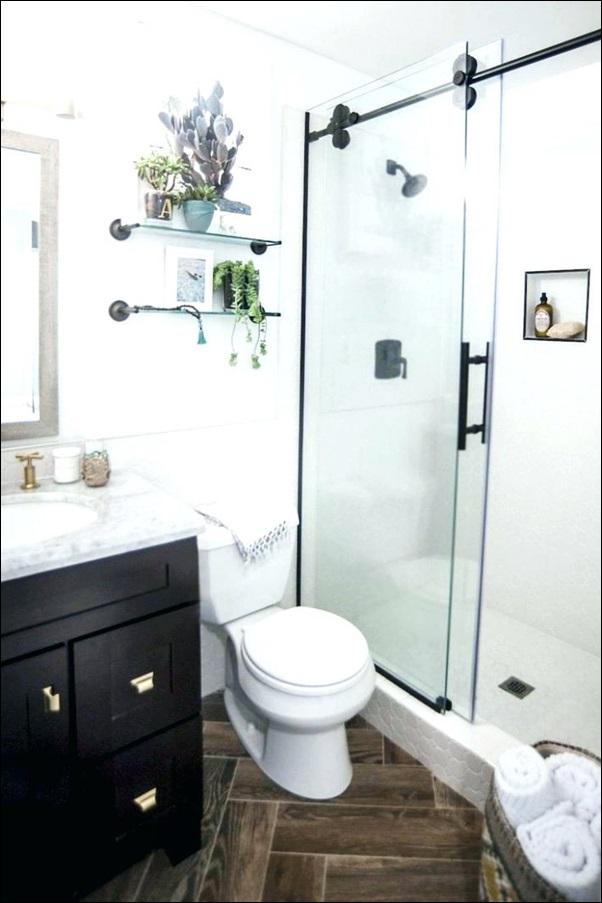 banheiro pequeno com box de vidro