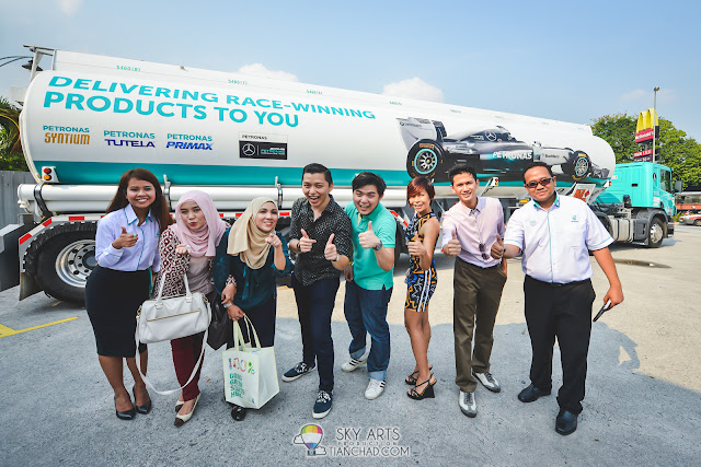 Picture with PETRONAS members and blogger friends after the launch event