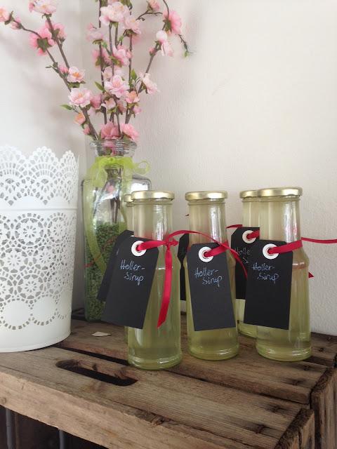 Geschenkidee aus der Küche: hausgemachter Holunderblütensirup
