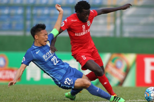 Becamex Binh Duong's Yoloya Moses competes for the ball against Jiangsu Suning captain Wu Xi in their surprising 1-1 draw in the Asian Champions League group stage. (Photo Credit: VietnamNews.vn)
