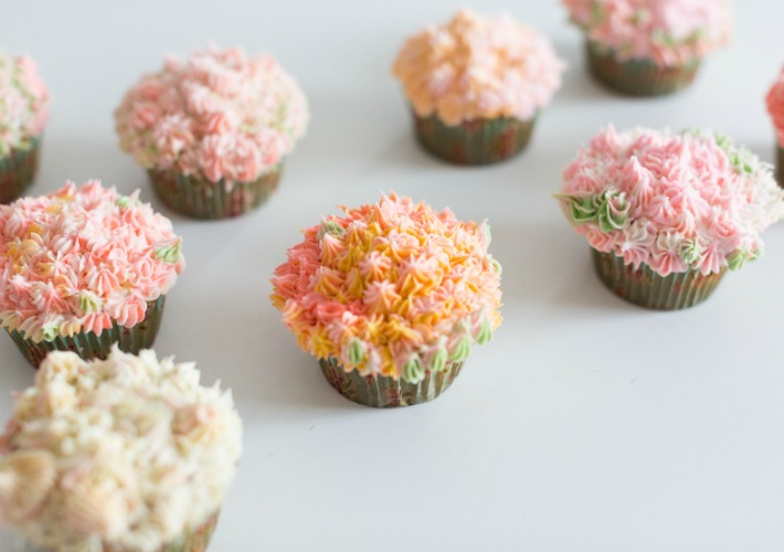 Cesta con flores de magdalenas para el Día de la Madre