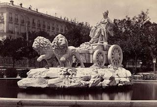 La Fuente sobe su empedrado en el siglo XIX, cuando miraba hacia el paseo del Prado.