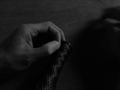 小さな環を竹籠に編みつける
