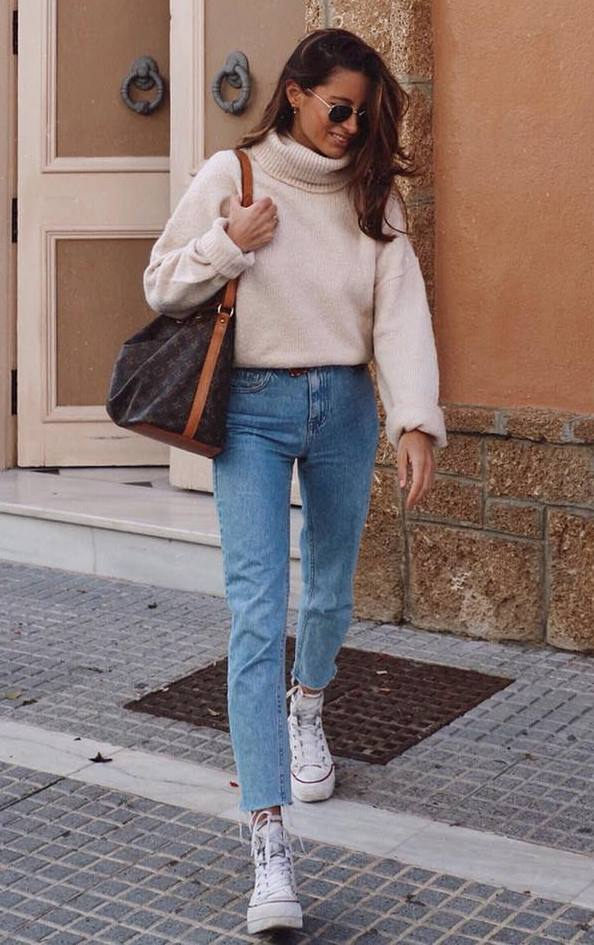 comfy fall outfit to copy right now / converse + boyfriend jeans + bag + hidh neck sweater