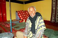Las mujeres del mundo han peleado durante siglos por obtener derechos e igualdad de oportunidades. Las mujeres saharauis, por el contrario, no han llegado a ese estadio: han luchado por otro tipo de derechos, entre esos, el de la independencia de su país. Las mujeres saharauis han jugado, y seguirán jugando un gran papel en la liberación de la última colonia del África: el Sahara Occidental. En el curso de estos 30 años, las mujeres saharauis han desarrollado muchas habilidades, desde lo militar hasta lo educativo, ganando poder en muchos aspectos vitales como la política, la educación y lo más importante, en lo social. Estas habilidades ayudarán en el desarrollo y la creación de un Sahara Occidental libre. La ocupación de este país puede haber sido el factor más influyente para que las mujeres saharauis hayan sobresalido en esta sociedad, a comparación con otras mujeres del mundo árabe.
