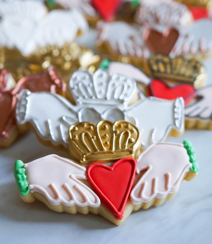 how to decorate Irish claddagh cookies
