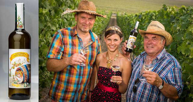 Winzer Steffen Loose (links), die sächsische Weinkönigin Michaela Tutschke und Herbert Graedtke, der Vorsitzende des Fördervereines, freuen sich über die Weinsonderedition 2015.