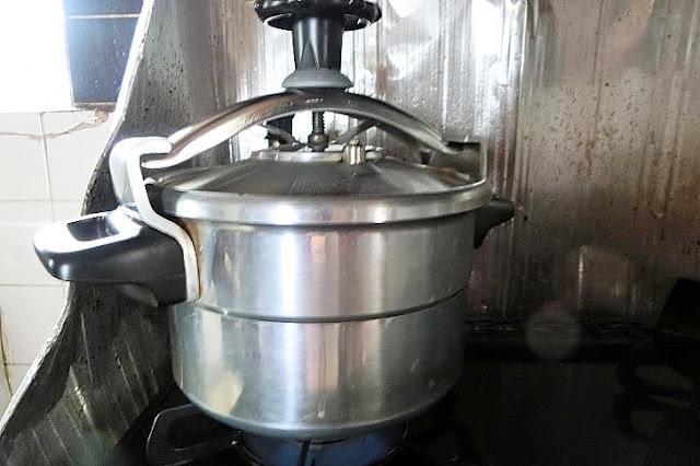 水を注ぎ、蓋をして加圧25分蒸す。