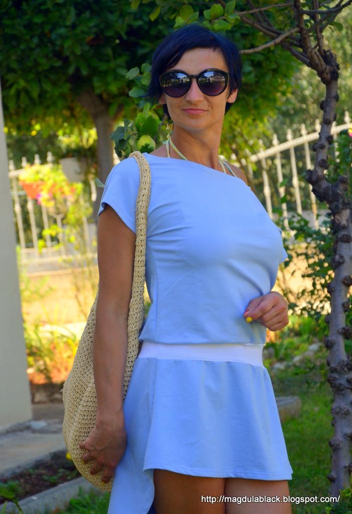 Letnia, dresowa sukienka z przedłużanym tyłem.