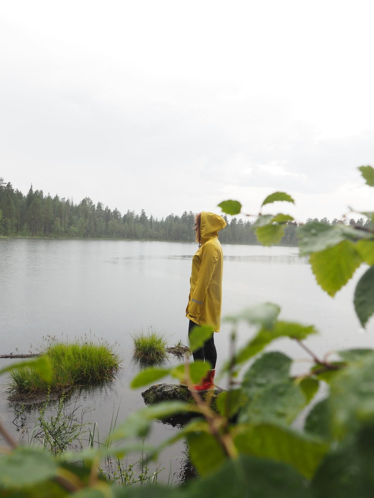 Keltainen sadetakki, järvimaisema suomessa, finishnature, Fia Hollmén