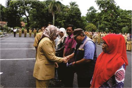 Pemberian Katineung Bagi PNS Pensiun oleh Plt Bupati