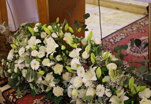Rustykalna dekoracja ślubna ołtarza z białych kwiatów Prudnik