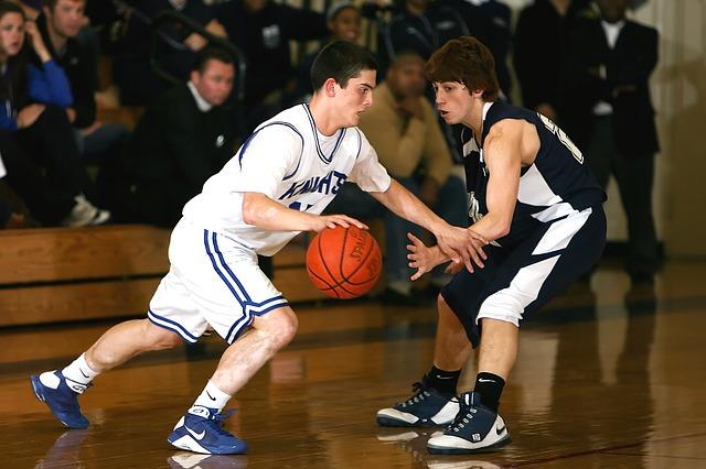 El drible  de proteccion permite evitar que el balón caiga en manos del rival.