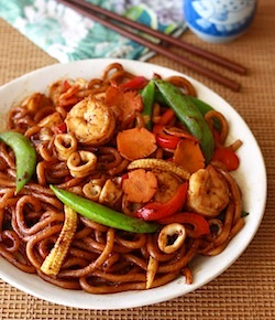 easy asian udon recipe with seafood, spices, and veggies