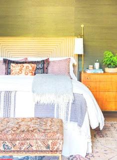 Pola dan Motif akan membuat ruangan anda sulit diprediksi karena saking unik dan menarik. Pencampuran pola akan menambah gaya desain interior anda dalam ruaangan bahkan kamar pribadi anda.