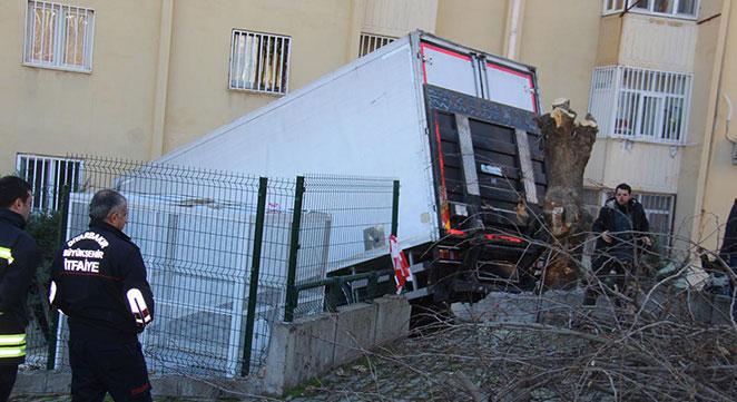 Diyarbakır Aziziye Mahallesi TOKİ konutlarında freni patlayan TIR eve girdi